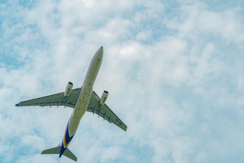 Thai Airways -het passagiersvliegtuig gaat van start bij bij Suvarnabhumi-Luchthaven in Thailand met mooie blauwe hemel en witte  royalty-vrije stock afbeeldingen