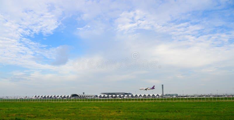 Thai Airways ou avion thaïlandais de sourire débarquant aux pistes à l'aéroport international de suvarnabhumi à Bangkok photographie stock libre de droits