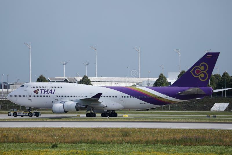 Thai Airways roulant au sol dans l'aéroport de Munich, MUC photo stock