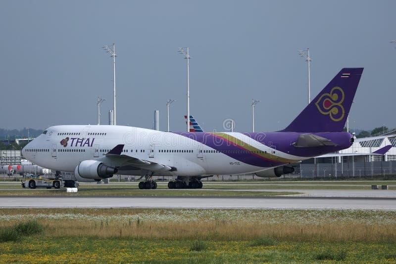 Thai Airways roulant au sol dans l'aéroport de Munich, MUC, vue de côté image libre de droits