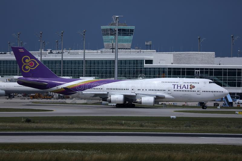 Thai Airways roulant au sol dans l'aéroport de Munich, MUC, vue de côté photo stock