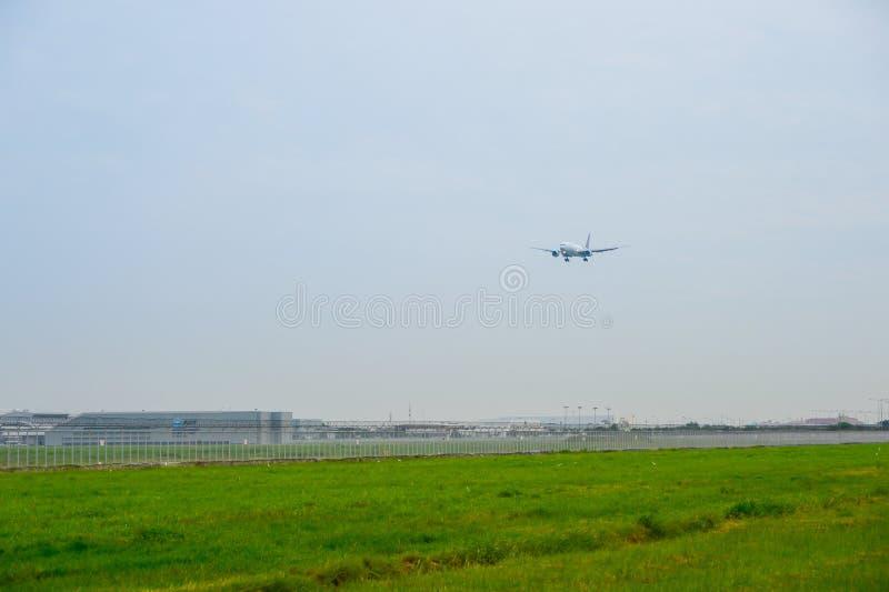 Thai Airways surfacent (Boeing 777) l'atterrissage aux pistes au suvarnabhum images stock