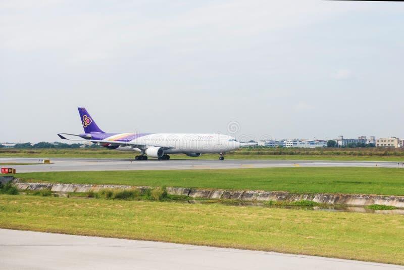 Thai Airways -vliegtuig op baan stock afbeelding