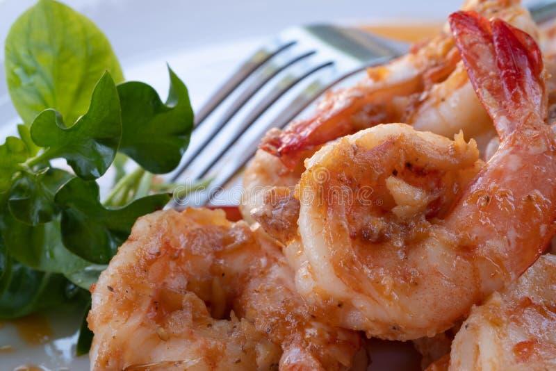 Thai-Gericht schließen Frischer Garnelen rühren Fry mit Knoblauchsoße Essen mit thailändischem Reis stockfotos
