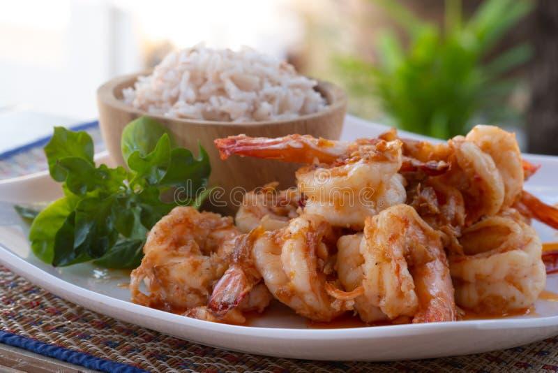 Thai-Gericht schließen Frischer Garnelen rühren Fry mit Knoblauchsoße Essen mit thailändischem Reis stockbild