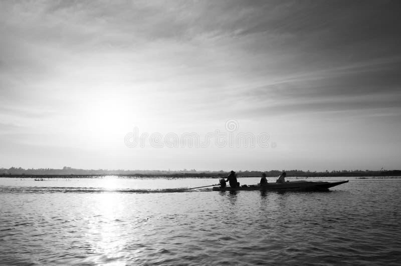 Thai houten boot reist in het vreedzame Nong Harn-meer - Udonthani, Thailand Het beroemde rode lotusmeer in de winter royalty-vrije stock foto's