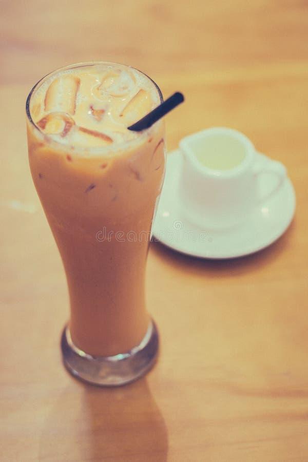 Thai Iced Milk Tea och sockersirap på sidan arkivbilder