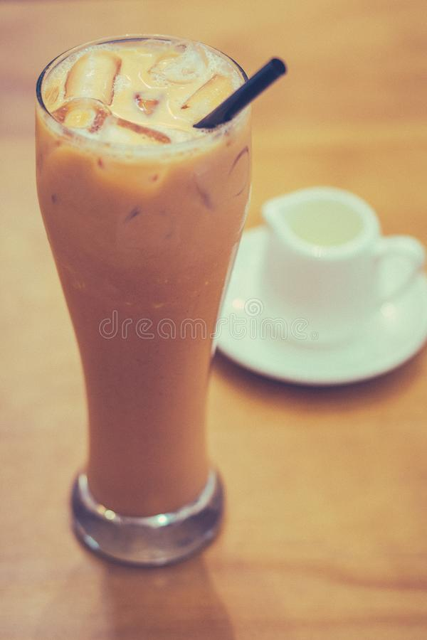 Thai Iced Milk Tea och sockersirap på sidan royaltyfri fotografi