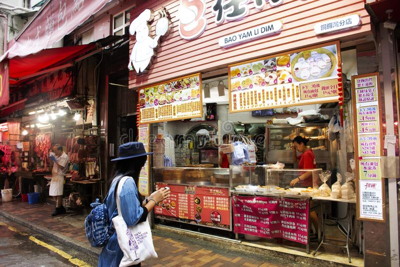 Thai kvinna för handelsresande som väljer och att köpa mat från lokal restaurang i Hong Kong, Kina royaltyfri fotografi