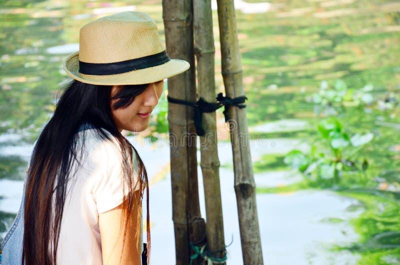 Thai kvinnor för stående i den Klong LatMayom kanalen som svävar marknaden royaltyfria bilder