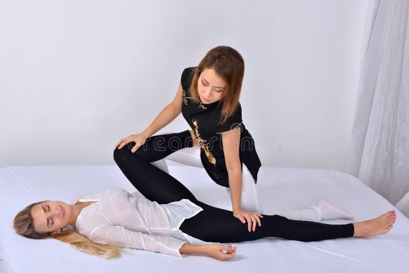 thai massage Massageterapeut som arbetar med kvinnan arkivfoto