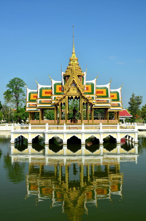 Download Thai Palace Is Reflected In The Water Stock Image - Image: 24357529