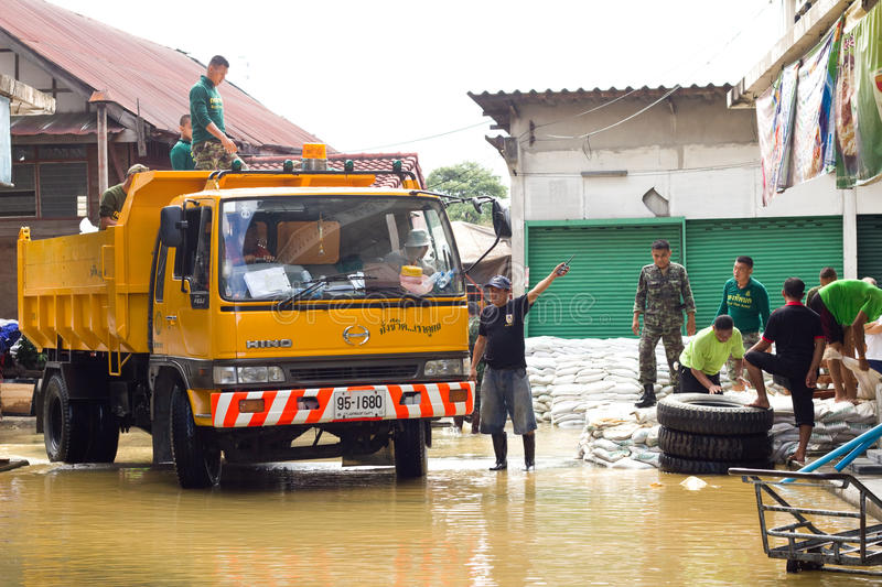 Thai soldiers are helping people. BANGKOK THAILAND - OCTOBER 28 : Thai soldiers are helping people who have suffered from flooding. on October 28, 2011 in stock images