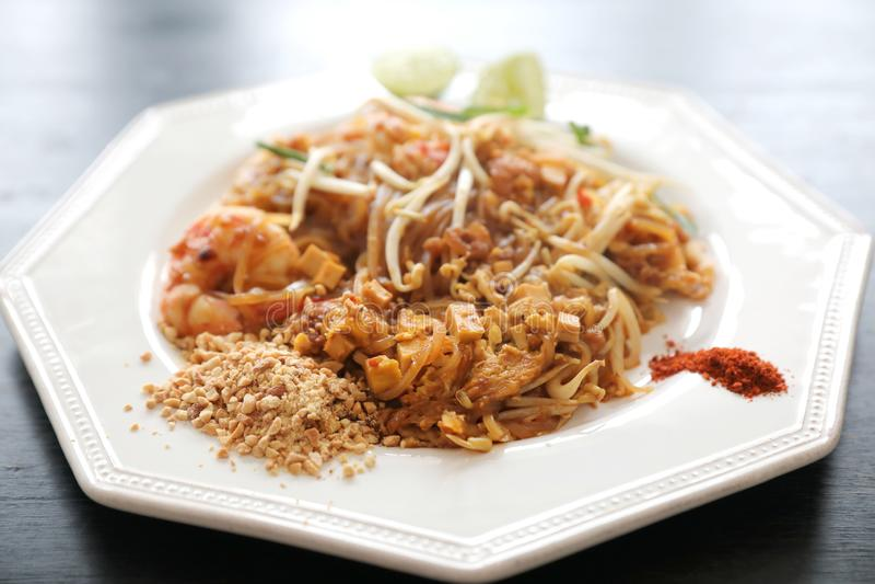 Thai stekt nudel f?r thail?ndskt matblock med r?ka fotografering för bildbyråer