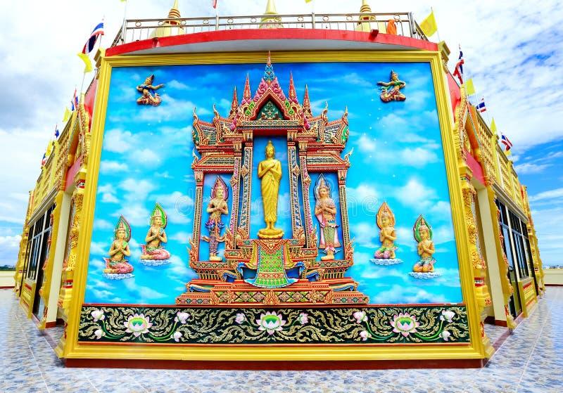 Thai stil för väggmålning och för skulptur på väggen av buddistiska vikarier royaltyfri bild