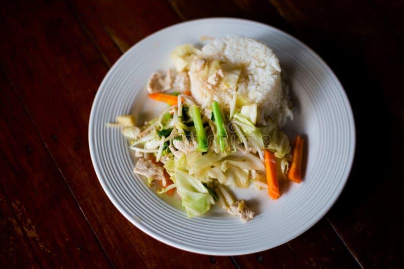 Thai stirfry för griskött och för grönsak arkivfoton