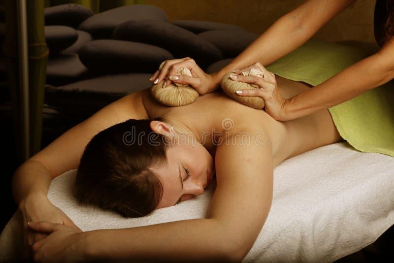 thai växt- massage arkivfoton