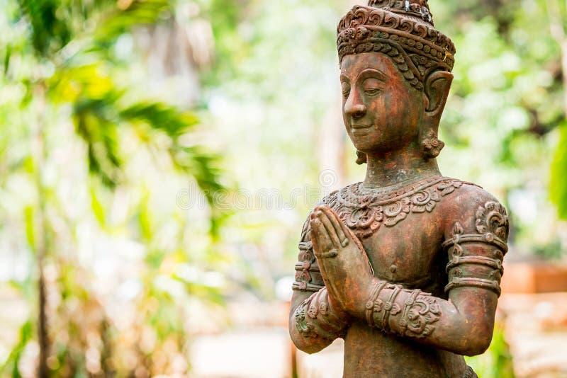 Thailändische alte Engelstat wie das Zahlen des Respektes oder des sawasdee lizenzfreies stockbild