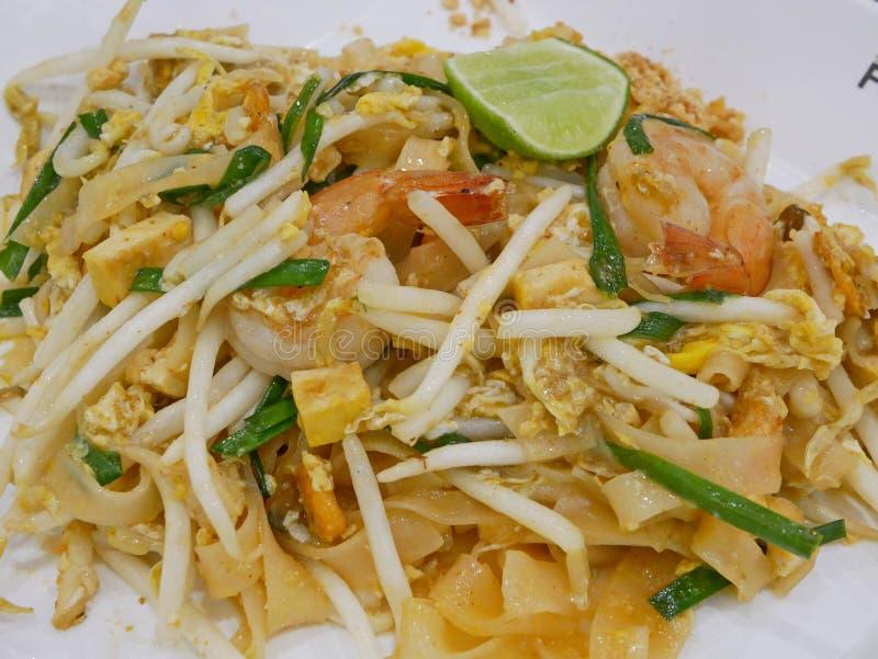 Thailändische Art briet Nudel mit Garnelen Auflage thailändischem Goong-Rasen lizenzfreie stockfotos