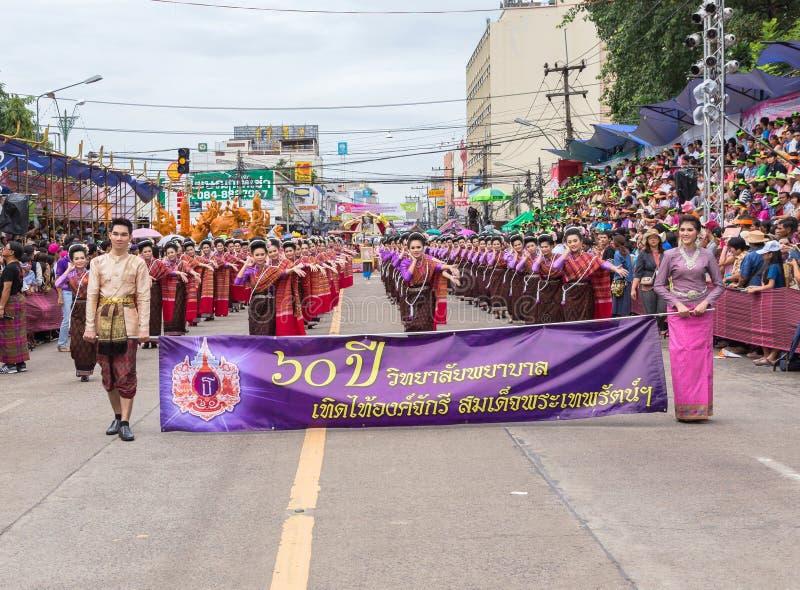 Thailändische Art in der traditionellen Parade in Ubon-Kerzen-Festival 2015 lizenzfreie stockbilder