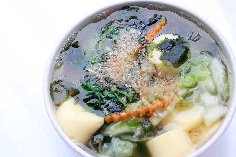 Thailändische Art Meerespflanzensuppe mit Bean Curd, Mischgemüse, Tofu in der weißen Schüssel auf weißem Hintergrund Vegetarische stockfoto