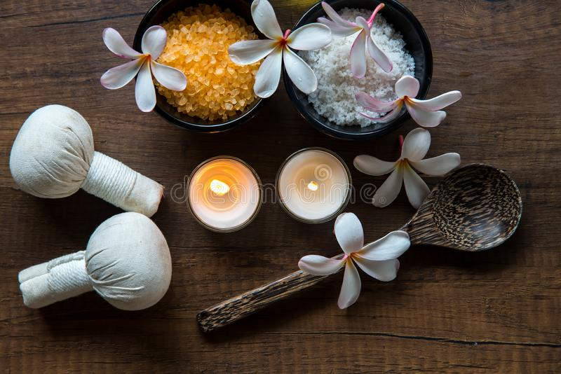 Thailändische Badekurortzusammensetzungsbehandlungs-Aromatherapie mit Kerzen und Plumeria blüht stockfotografie