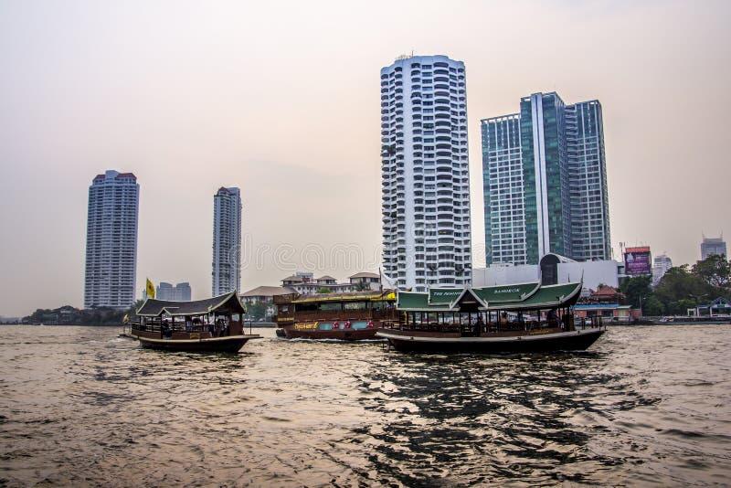 Thailändische Boote auf chao phraya stockfotos
