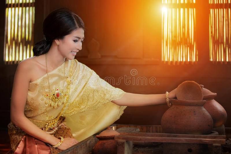Thailändische Dame, die mit ursprünglicher thailändischer Art kocht stockbilder