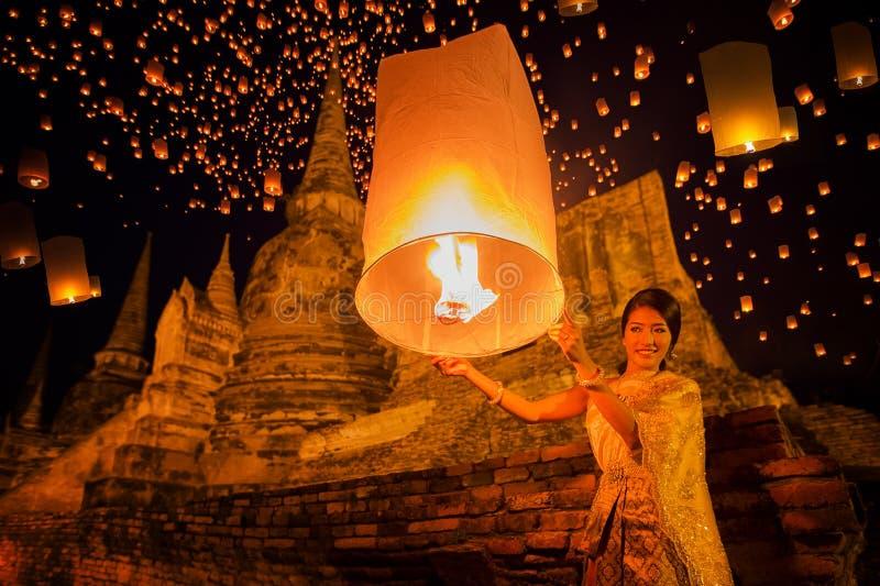 Thailändische Dame genießen yeepeng Festival lizenzfreies stockbild