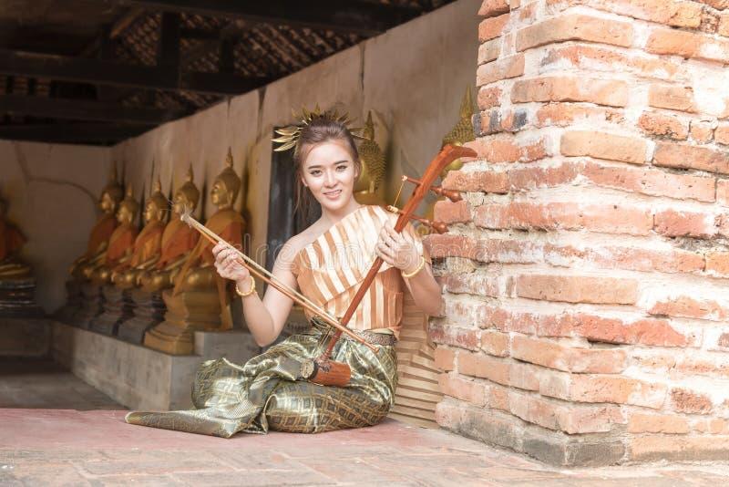 Thailändische Dame in Weinlese ursprünglicher Thailand-Kleidung lizenzfreies stockfoto