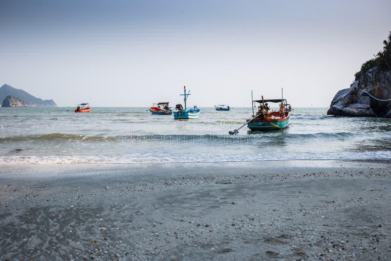 Thailändische Fischerboote im blauen Meer in Khao Sam Roi Yot National Park stockfoto