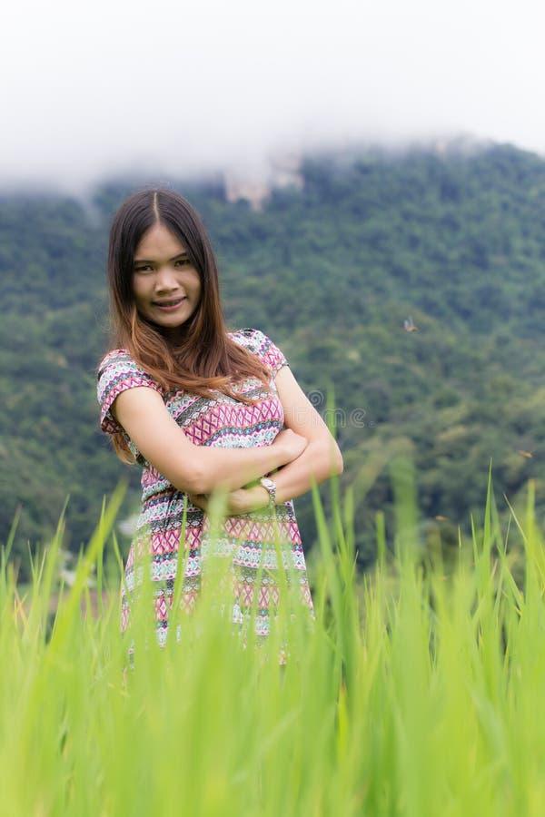 Thailändische Frau genießen in Feld Doi-inthanon, Maeglangluang lizenzfreie stockfotos