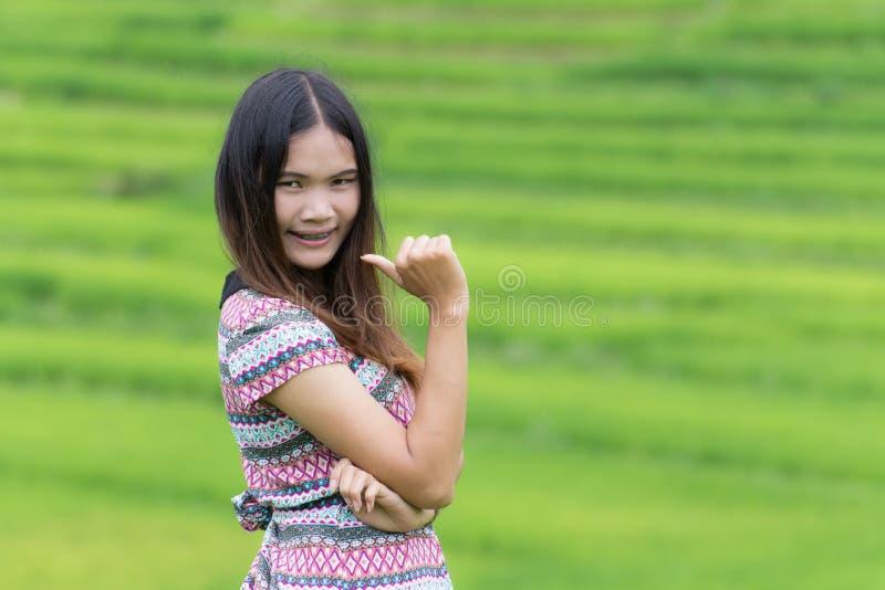 Thailändische Frau genießen in Feld Doi-inthanon, Maeglangluang stockbilder