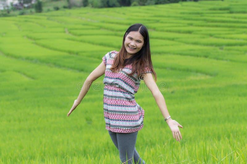 Thailändische Frau genießen in Feld Doi-inthanon, Maeglangluang stockfotografie