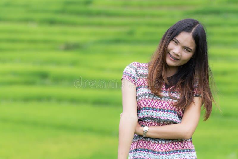 Thailändische Frau genießen in Feld Doi-inthanon, Maeglangluang lizenzfreie stockbilder