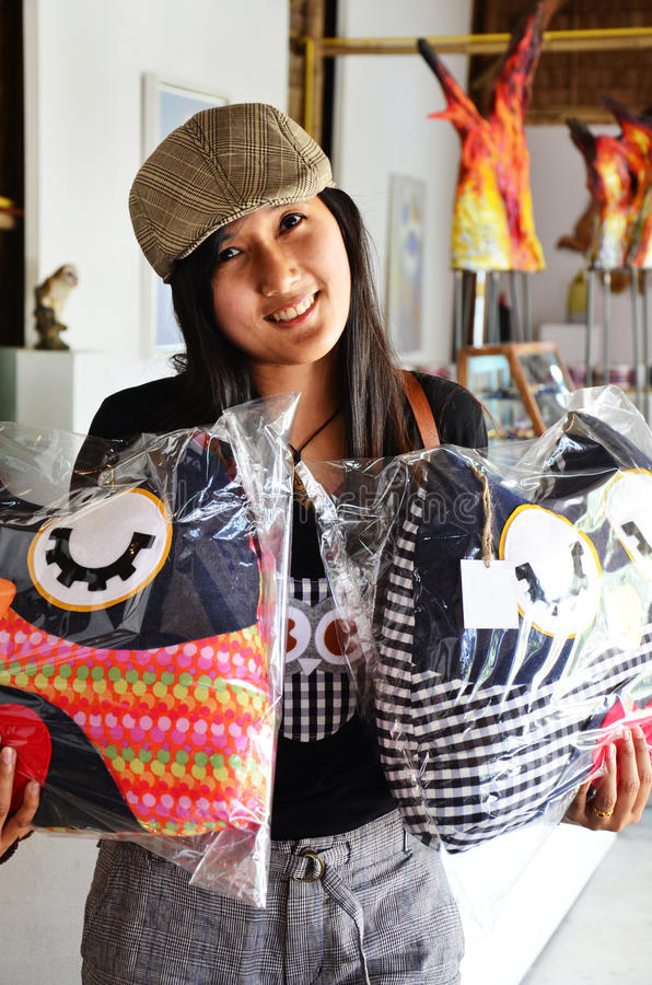 Thailändische Frau mit Eule pillows Handwerk stockfoto