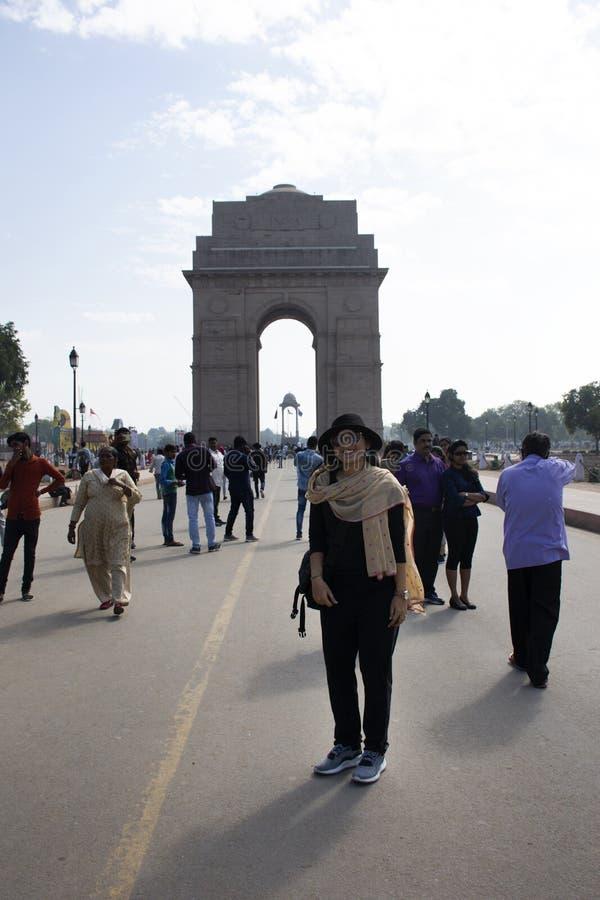 Thailändische Frauen reisen und Nehmenfoto-Indien-Tor aufwerfend, nannte ursprünglich das alles Indien-Kriegs-Denkmal an der Stad stockfotografie