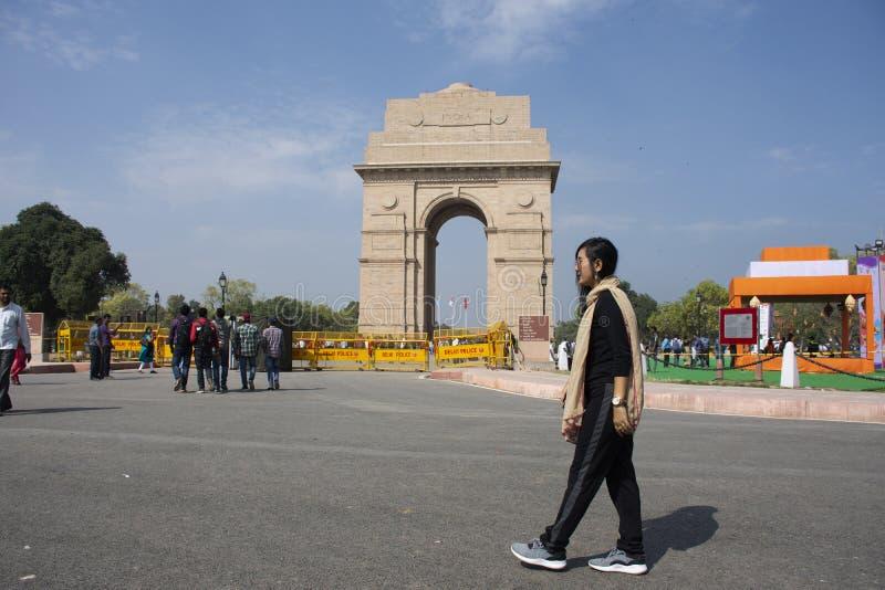 Thailändische Frauen reisen und Nehmenfoto-Indien-Tor aufwerfend, nannte ursprünglich das alles Indien-Kriegs-Denkmal an der Stad lizenzfreies stockbild