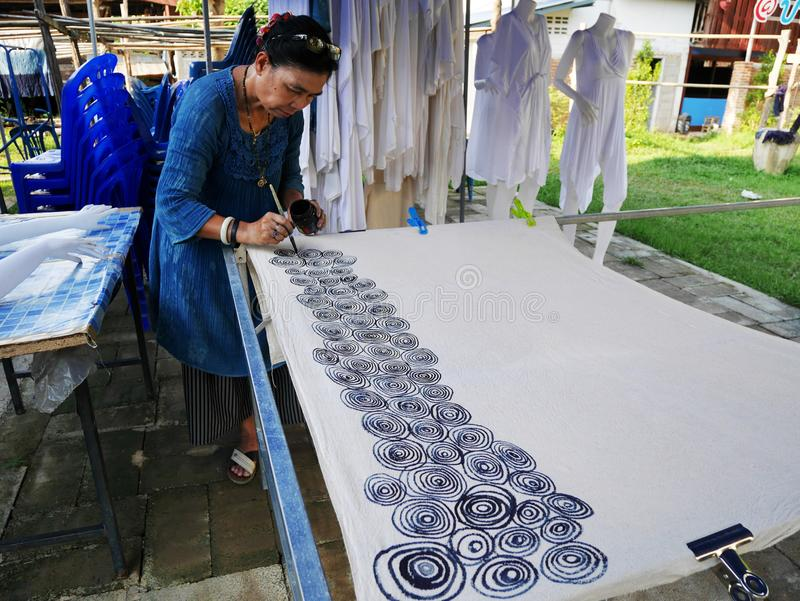 Thailändische Frauen schaffen und Batik lassend, Färbungsprozeßfarbe und -c$zeichnen zu binden lizenzfreie stockfotos