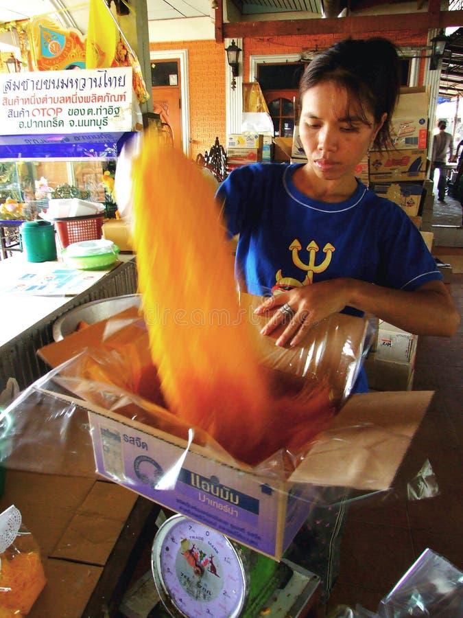 Thailändische Frauenstände in ihrem Shop enthalten Nachtisch im Kasten für Verkauf stockfotografie