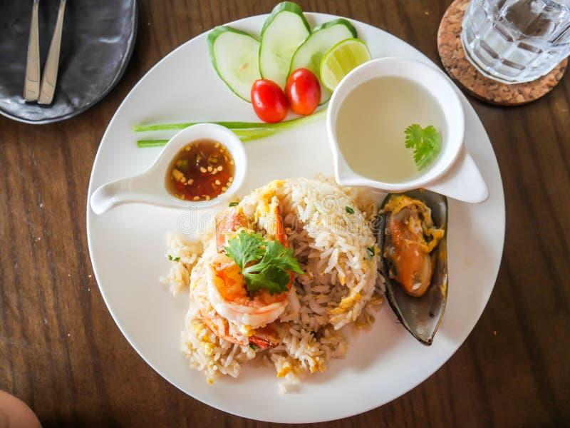Thailändische Garnele der einzigartigen Art briet Reisaufschläge auf dem Teller, Meeresfrüchte stockfoto