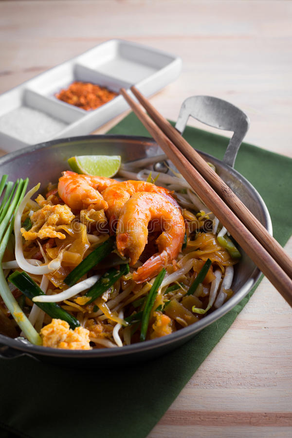Thailändische gebratene Nudeln mit Garnele (Auflage thailändisch), popuplar cuis Thailands lizenzfreie stockfotos