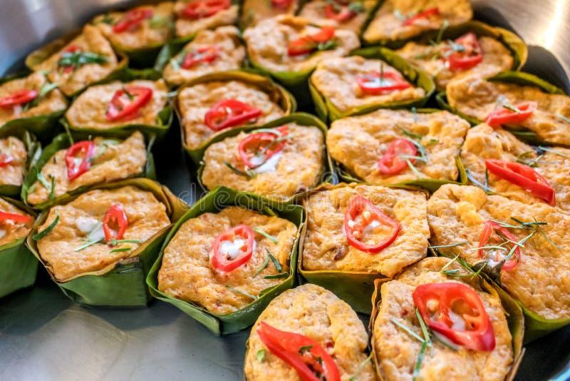 Thailändische gedämpfte Curryfische in den Bananenblattschalen verziert mit roten Paprikas, (Hor Mok Pla) stockfotografie