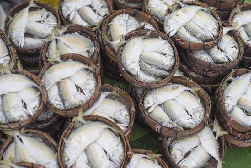 Thailändische Golfmakrelenfische dämpften auf thailändischem Markt des Bambuskorbes; Die thailändischen Leute, die diesen Fisch a lizenzfreie stockfotos