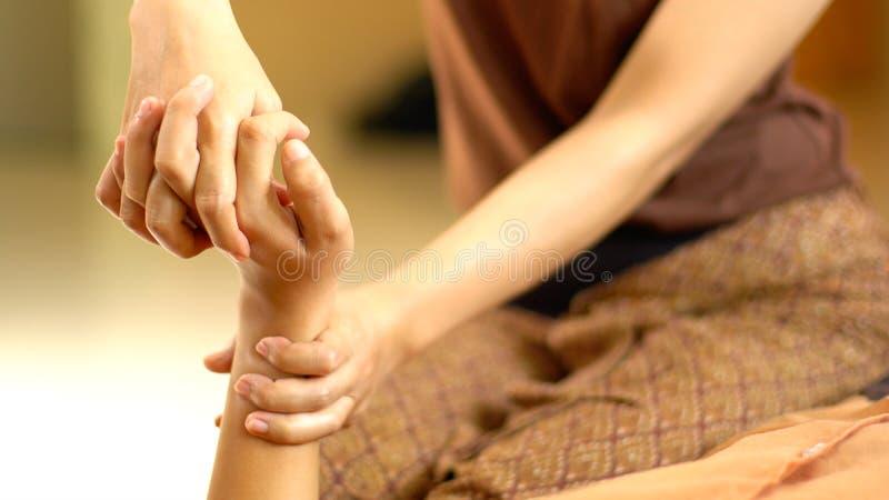 Thailändische Handmassage lizenzfreies stockfoto