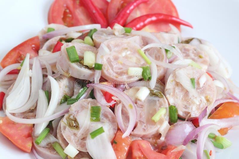Thailändische Küche: Würzige thailändische saure Wurst mit Salat lizenzfreies stockfoto
