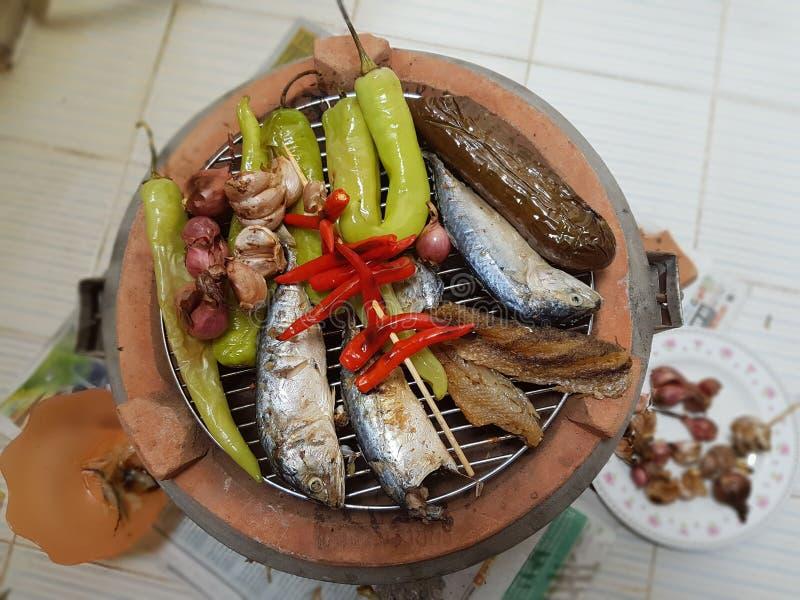 Thailändische Küchevorbereitung auf traditionellen Ofen stockfotografie