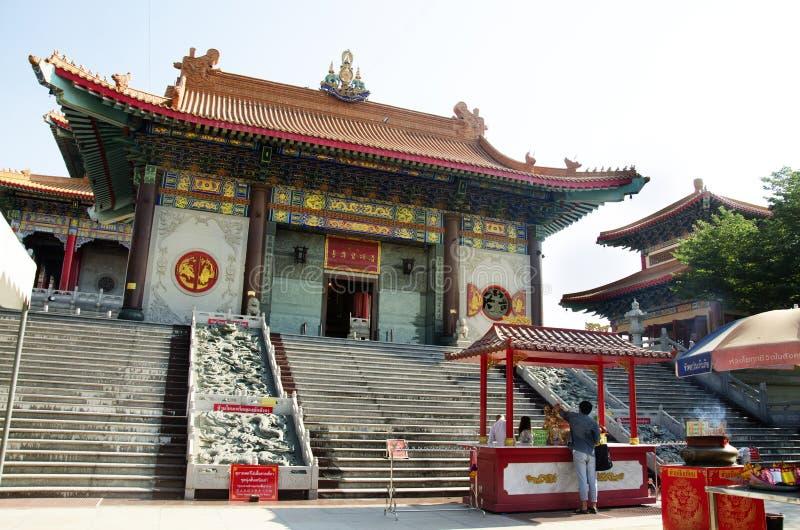 Thailändische Leute besuchen und beten chinesischen Gott bei Wat Borom Raja Kanchanapisek Anusorn, bekannt als Wat Leng Noei Yi 2 lizenzfreies stockbild