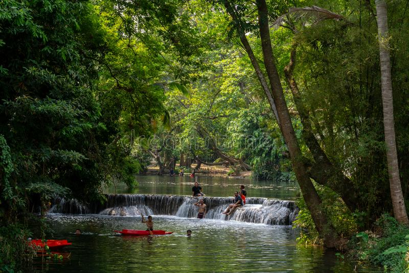Thailändische Leute, die Spaß am Wasserfall haben lizenzfreies stockbild