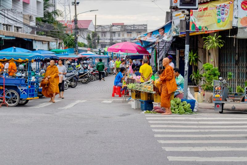 Thailändische Leute an Prachuabkirikhan-Provinz, die seinen Lebensstil am Morgenmarkt mit vielen Mönchen herum gehen zeigt Prachu lizenzfreies stockbild